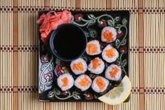 Rotoli di sushi con la salsa di soia e del salmone Fotografie Stock