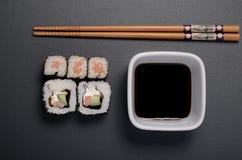 Rotoli di sushi con soia ed i bastoncini Fotografia Stock Libera da Diritti