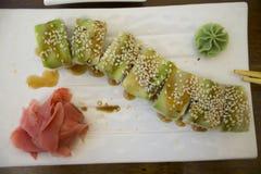 Rotoli di sushi del salmone in un caffè sulla costa Fotografia Stock