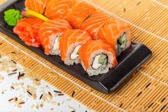 Rotoli di sushi di color salmone Immagini Stock Libere da Diritti