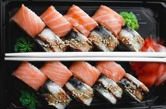 Rotoli di sushi di color salmone Immagini Stock