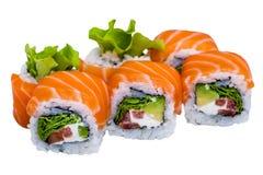Rotoli di sushi di color salmone isolati su fondo bianco Fotografia Stock