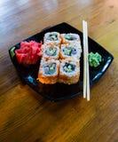 Rotoli di sushi giapponesi dei frutti di mare con il wasabi e lo zenzero del bastoncino Immagini Stock Libere da Diritti