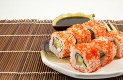 Rotoli di sushi giapponesi dei frutti di mare con la salsa di soia Fotografia Stock