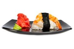 Rotoli di sushi giapponesi freschi tradizionali su un bianco Immagini Stock Libere da Diritti