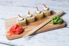 Rotoli di sushi su un bordo di legno Immagine Stock