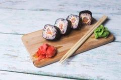 Rotoli di sushi su un bordo di legno Immagine Stock Libera da Diritti