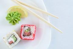 Rotoli di sushi sulla zolla Fotografia Stock