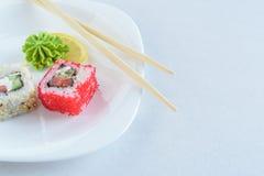 Rotoli di sushi sulla zolla Fotografia Stock Libera da Diritti