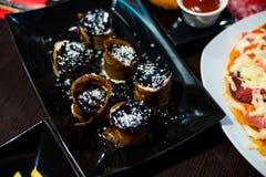 Rotoli dolci con guarnizione per un dessert delizioso Fotografie Stock