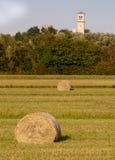 Rotoli e campanile del fieno Immagini Stock Libere da Diritti