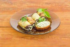 Rotoli e panino farciti della melanzana sul piatto di vetro Immagine Stock Libera da Diritti