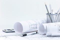 Rotoli e piani architettonici del modello, ingegneria ed ufficio immagini stock