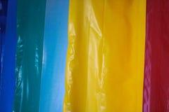 Rotoli eterogenei luminosi colorati multicolori del film plastico Produzione chimica, polietilene ad alta pressione immagini stock