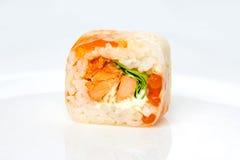 Rotoli la carta di riso, il salmone di teriyaki, l'insalata ed il caviale del salmone Immagine Stock Libera da Diritti