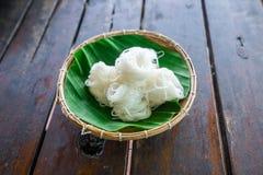 Rotoli la tagliatella di riso tailandese bianca sulla foglia della banana nei bas di bambù immagine stock libera da diritti