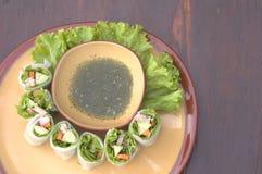 Rotoli le tagliatelle con la verdura e la salsa, il rotolo cotto a vapore della tagliatella di riso, alimento asiatico Fotografie Stock Libere da Diritti