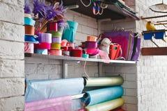 Rotoli multicolori con i nastri sugli scaffali Immagini Stock