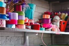 Rotoli multicolori con i nastri sugli scaffali Immagine Stock Libera da Diritti