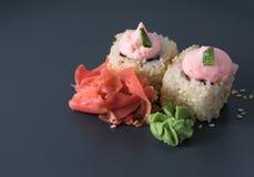 Rotoli saporiti con wasabi e lo zenzero in sesamo Fotografia Stock