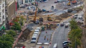 Rotoli verdi del compattatore del rullo di vibrazione sull'pietre alla costruzione di strade e al timelapse di riparazione archivi video