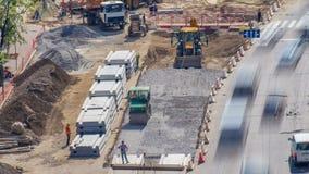 Rotoli verdi del compattatore del rullo di vibrazione sull'pietre alla costruzione di strade e al timelapse di riparazione stock footage