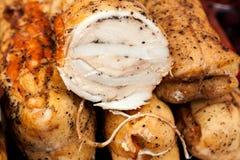 Rotolo al forno della carne di maiale sul contro mercato Immagine Stock Libera da Diritti