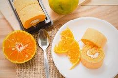 Rotolo arancio del pan di Spagna fotografia stock