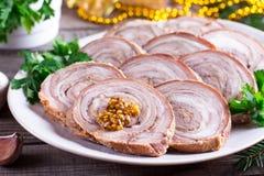 Rotolo arrostito della carne di maiale con senape Aperitivo del ` s del nuovo anno fotografie stock
