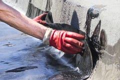 Rotolo che copre installazione con la torcia per saldature del propano durante i lavori di costruzione fotografia stock libera da diritti