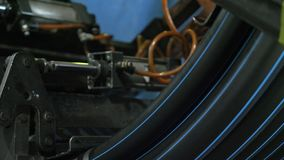 Rotolo che infila il tubo della bobina Fabbricazione di fabbrica di plastica delle tubature dell'acqua Processo di fabbricazione  fotografie stock libere da diritti