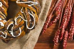 Rotolo con i semi di papavero e le orecchie del cereale Fotografia Stock Libera da Diritti