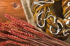Rotolo con i semi di papavero e le orecchie del cereale Fotografia Stock