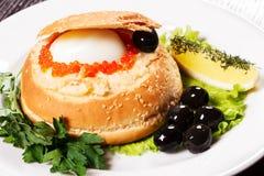 Rotolo con il caviale, le olive e l'uovo immagine stock