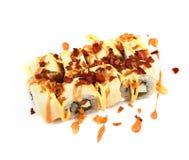 Rotolo con il pancake ed il bacon fritto con salsa su un fondo bianco Alimento giapponese fotografia stock