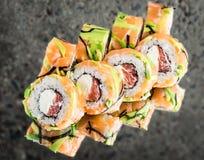 Rotolo con il salmone, avocado, pompelmo Fotografia Stock