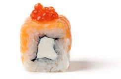 Rotolo con un certo caviale di color salmone, Fotografia Stock