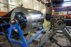 Rotolo degli strumenti della lamiera e del macchinario di acciaio per la fabbricazione i tubi e dei tubi del metallo Fotografia Stock