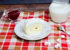 Rotolo del biscotto della vaniglia con l'inceppamento fresco di fragola e del latte Immagine Stock