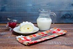 Rotolo del biscotto della vaniglia con l'inceppamento fresco di fragola e del latte Fotografie Stock