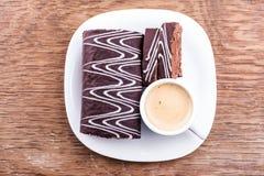 Rotolo del cioccolato con una tazza di caffè Immagini Stock