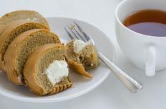 Rotolo del dolce di caffè con una tazza di tè Immagini Stock Libere da Diritti