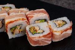Rotolo del giapponese con bacon immagini stock libere da diritti