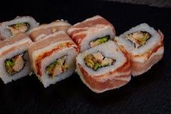 Rotolo del giapponese con bacon fotografia stock