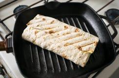 Rotolo del pane della pita in una padella Rotoli arrostiti delle lave del pane fotografie stock libere da diritti
