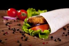 Rotolo del pollo con la cipolla ed il pepe del pomodoro della lattuga Fotografia Stock