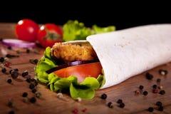 Rotolo del pollo con la cipolla ed il pepe del pomodoro della lattuga Fotografia Stock Libera da Diritti