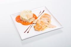Rotolo del pollo con riso ed i pomodori Fotografia Stock