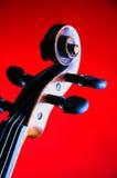 Rotolo del violino isolato su colore rosso Immagine Stock