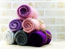 Rotolo dell'asciugamano con il fondo della copia dello spazio fotografie stock